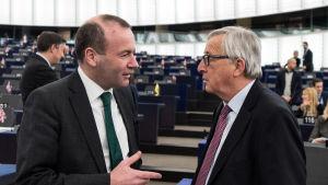 Tyske parlamentarikern Manfred Weber och kommisionsordförande Jean Claude Juncker diskuterar i januari 2018.
