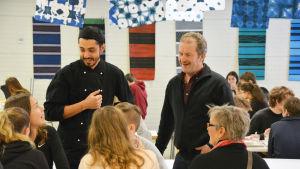 Julien Huéber och Thomas Snellman i en skolmatsal.