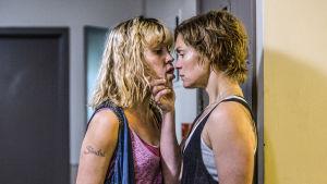 """Två kvinnliga fångar med ansiktena nära varandra i isländska tv-serien """"Fångar"""""""