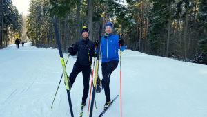 Mikko Peltola ja Simo-Viljami Ojanen esittelevät skin-suksien pohjia Paloheinässä.