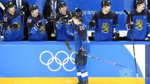 Eeli Tolvanen firar ett mål i OS.