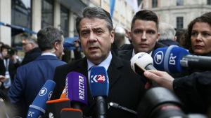 Tysklands utrikesminister Sigmar Gabriel då han anlände till säkerhetskonferensen i München 16.2.2018.