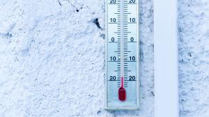Termometer på en vägg utomhus, visar-18 grader.