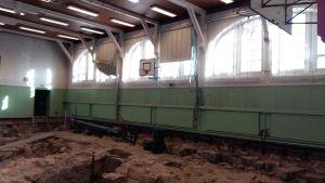 Källarvalv har grävts fram i Katedralskolans gymnastiksal.