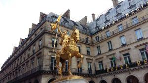 Statyn Jeanne d'Arc där Nationella Fronten lägger ned en krans och dess ledare håller tal på första maj.