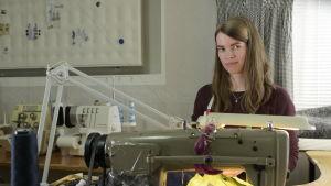 ung kvinna vid symaskin