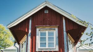 Ett rött hus med vita knutar