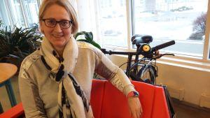 En kvinna sitter i en cykelriksha.