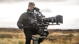 Filmfotografen Jørgen Johansson med sin kamera under arbetet med serien Monster.