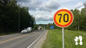 Skylt, hastighetsbegränsning 70 kilometer i timmen.