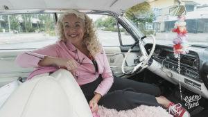 Anita Hallapelto istuu autossaan.