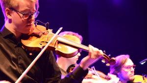 Närbild på en cellist i Game Music Collective.