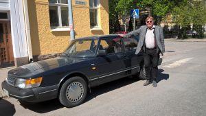 Jyri-Pekka Mikkola vid sin Saab.