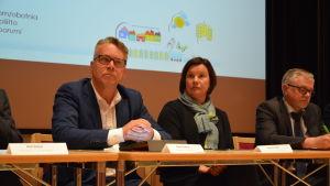 Peter Östman, Sirpa Thessler från Luke och Vesa Ruusila från jord- och skogsbruksministeriet på vargforum i Korsholm.
