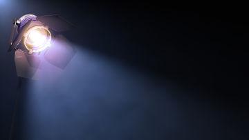 En strålkastare kastar ljus på en tom scen.