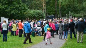 Folkmassa i park