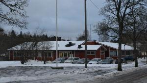 En röd byggnad i Karis som är Kila daghem.