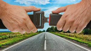 Två händer håller i ett bilbälte över en väg.