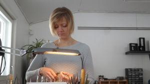 Smyckedesignern Henna Renfors bearbetar ett smycke