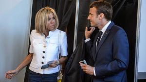 Brigitte Trogneux och Emmanuel Macron röstar i parlamentsvalet.