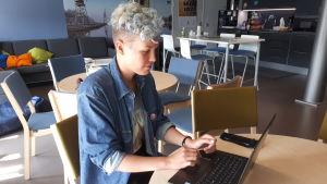 Charlotta Rosenberg vid sin dator.
