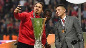 Zlatan tar en selfie med EL-pokalen.