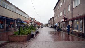 Gågatan i Hangö en regnig höstdag.