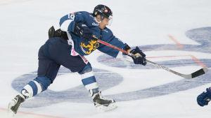 Veli-Matti Savinainen avfyrar ett skott för det finska landslaget.