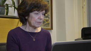 Sonya Höstman sitter vid datorn.