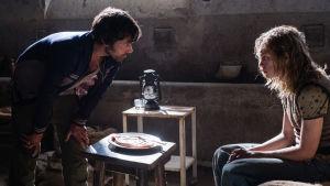 Cinquanta (Romain Duris) och John Paul Getty III (Charlie Plummer) tittar på varandra i gömstället där Getty hålls kidnappad.