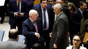 Rysslands FN-ambassadör Vassilij Nebenzea (till vänster) talar med Syriens FN-ambassadör Bashar al-Ja'afari den 23 februari då säkerhetsrådet försökte enas om en resolution om vapenvila i Syrien.