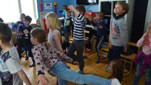 Eleverna i salpar skola i Sibbo dansar till musik på engelska.