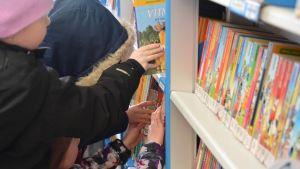 Gammelbacka andraklassister lånar böker i bokbussen