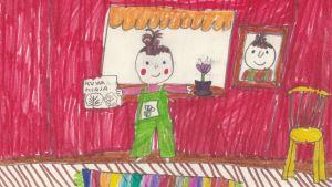 Lasten piirustus hymyilevästä tytöstä. Hänellä on kädessään kuvakirja, lattialla on värikäs matto, ikkunalla kukka ja seinällä muotokuva.