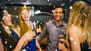 Fyra personer som står i en ring och skrattar och skålar på en fest.