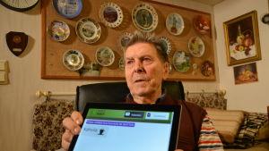 """Curt Möuts använder sig av Vasa stads system """"Alvar"""", via vilket vårdaren kan prata med honom via videolänk."""
