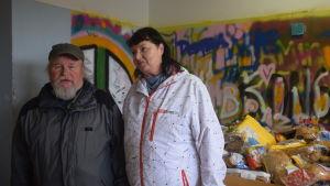 Kari och Pirkko besöker matutdelningen i Esbo.