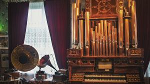 Ett par gramofoner och en orgel.