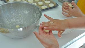 barnhänder bakar småbröd