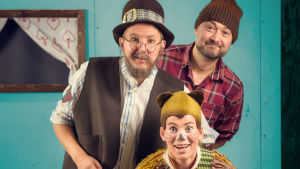 skådespelare mot ljusblå bakgrund som Pettson, Findus och Gustafsson