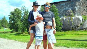 Familjen Tahvanainen med mamma Jenni, pappa Sami, och döttrarna Maisa och Silja vid Raseborgs slottsruiner.