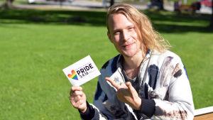 Simon Zion med ett kort i handen där det står Raseborg Pride.