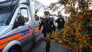 Polisens utredningar av explosionen i tunnelbanan, här i Sunbury-on-Thames.