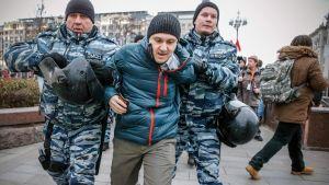 Polisen griper demonstrant under demonstration i Moskva.