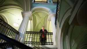 Tuomas Pöysti Valtioneuvoston linnan rappukäytävässä.