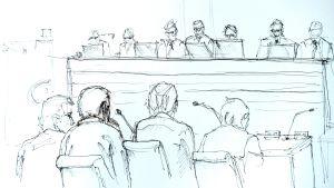 Det är förbjudet att fotografera inne i rättssalen. En teckning visar Akilov tillsammans med sina försvarare sitta mittemot domarna och nämndemännen längst fram i salen då rättegången inletts.