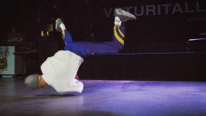 Elias Niskanen snurrar på golvet.