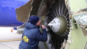 Den skadade flygplansmotorn på Southwest Airlines-planet undersöktes efter nödlandningen i Philadelphia.