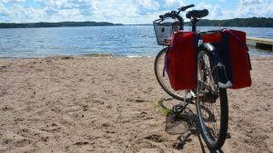 Cykel på badstrand i Kimito.