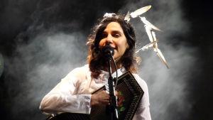 PJ Harvey uppträder på Coachella-festivalen år 2011.